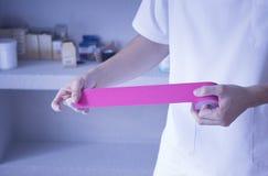 Fysioterapeut för band för sjukgymnastikrehabiliationbehandling Fotografering för Bildbyråer