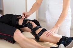 Fysioterapeut Giving Leg Exercise royaltyfri fotografi