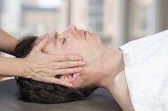 Fysioterapeut kiropraktor som bedömer musklerna på en käke OS fotografering för bildbyråer