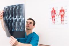 Fysioterapeut, röntgenolog eller doktor och röntgenstråle arkivbild