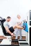 Fysioterapeut som övar patienten i sportterapi Royaltyfri Foto