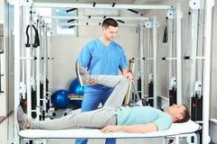 Fysioterapeut som arbetar med patienten arkivbilder