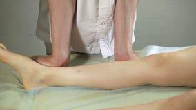 Fysioterapeut som arbetar på en patient i ett rum arkivfilmer