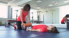 Fysioterapeut som arbetar på golvet En förlängning efter utbildningen arkivfilmer