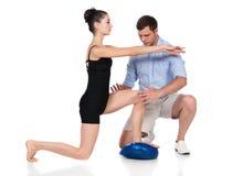 Fysioterapeut som behandlar patienten Royaltyfri Fotografi