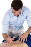 Fysioterapeut som gör accupuncture Arkivbild