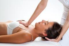 Fysioterapeut som gör bröstkorgbehandlig på kvinna royaltyfri fotografi