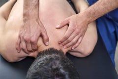 Fysioterapeut som ger en tillbaka massage Chiropractic osteopathy, manuell terapi, acupressure arkivbild