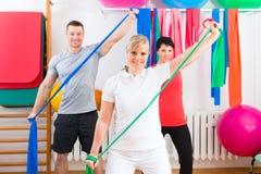 Fysioterapeut som ger patienter gymnastisk övning Arkivfoton
