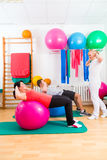 Fysioterapeut som ger patienter gymnastisk övning Arkivfoto