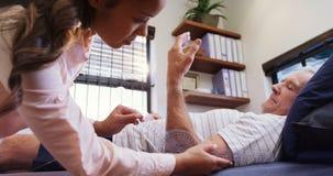 Fysioterapeut som mäter den tålmodiga handen med den medicinska linjalen 4k arkivfilmer