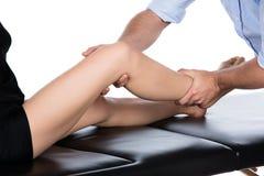 Fysioterapeut som masserar patienten Arkivfoton