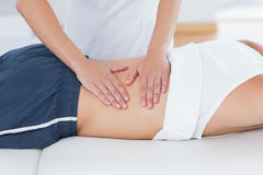 Fysioterapeut som tillbaka gör massage fotografering för bildbyråer