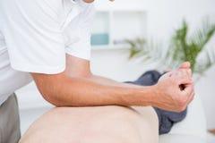 Fysioterapeut som tillbaka gör massage royaltyfria bilder