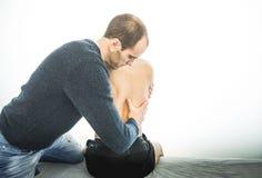 Fysioterapeut som tillbaka undersöker en ung man Sjukgymnastikbegrepp arkivfoto