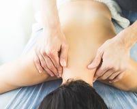 Fysioterapeutarbete, genom att massera en patient i halsen Begrepp av sjukgymnastik royaltyfri bild