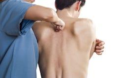Fysioterapeuten testar högt rygg- över vit bakgrund Q Arkivfoton
