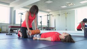 Fysiotherapeut die aan de vloer werken Een uitbreiding na de opleiding stock footage
