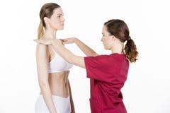 Fysiotherapeut die een fysiek onderzoek doen stock fotografie