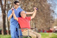 Fysiotherapeut die met een patiënt in park uitoefenen Royalty-vrije Stock Fotografie