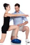 Fysiotherapeut die patiënt behandelen stock afbeelding