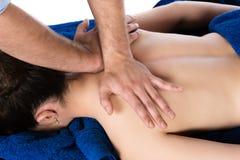 Fysiotherapeut die patiënt masseren Stock Fotografie