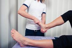 Fysiotherapeut die voet behandelen Royalty-vrije Stock Afbeelding