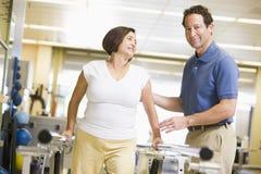 Fysiotherapeut met Patiënt in Rehabilitatie Stock Afbeelding