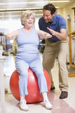 Fysiotherapeut met Patiënt in Rehabilitatie Stock Foto's