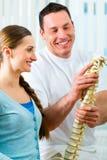 Raad - patiënt bij de fysiotherapie Stock Afbeeldingen