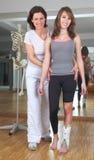 Fysiotherapie bij vrouw met gekwetste enkel royalty-vrije stock afbeelding