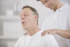 Fysiotherapie: Fysiotherapeut die patiënt masseert Royalty-vrije Stock Fotografie