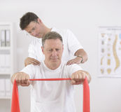 Fysiotherapie: Hogere mens en fysiotherapeut Stock Fotografie