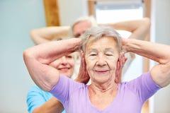 Fysiotherapieoefening met een bejaarde royalty-vrije stock afbeeldingen
