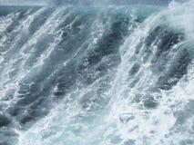 Fysisk oceanografi - en stor vindvåg svaller och kollapsar i nordligt atlantiskt djupt vatten arkivbilder