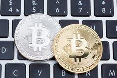 Fysisk silver för Digital valuta och guld- bitcoinmynt på bla Royaltyfria Bilder