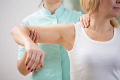 Fysisk terapeut som diagnostiserar patienten Arkivbild