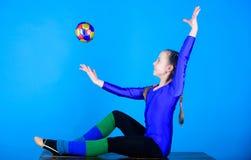Fysisk utbildning och gymnastik Böjlig sund kropp Övande gymnastik som är hård för kapacitet rytmiskt royaltyfri bild