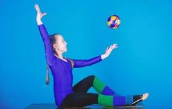 Fysisk utbildning och gymnastik B?jlig sund kropp ?vande gymnastik som ?r h?rd f?r kapacitet rytmiskt arkivbilder