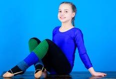 Fysisk utbildning och gymnastik Minut som ska kopplas av b?jlig huvuddel Flickaktig sport f?r rytmisk gymnastik rytmiskt royaltyfri fotografi
