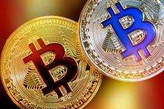 Fysisk version av Bitcoin nya faktiska pengar med färgrik effekt royaltyfri fotografi
