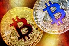 Fysisk version av Bitcoin nya faktiska pengar med färgrik effekt royaltyfria bilder