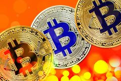 Fysisk version av Bitcoin nya faktiska pengar med färgrik effekt arkivbilder