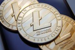 Fysisk version av Litecoin, nya faktiska pengar Begreppsmässig bild för världsomspännande cryptocurrency och digitalt betalningsy royaltyfria foton