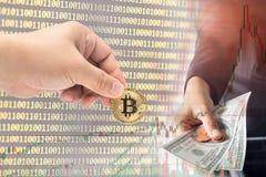 Fysisk version för manlig handplockning av Bitcoin nya faktiska pengar Royaltyfri Fotografi