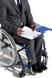 Fysiskt handikappad affärsman i undertecknande avtal för rullstol Arkivbild