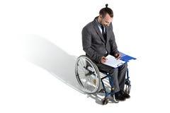 Fysiskt handikappad affärsman i undertecknande avtal för rullstol Fotografering för Bildbyråer