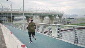 Fysiskt sportive öva över spången och stads- stad lager videofilmer