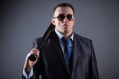 Gángster de sexo masculino con el bate de béisbol Imagenes de archivo