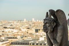 Gárgola de piedra mítica de la criatura en Notre Dame de Paris Foto de archivo